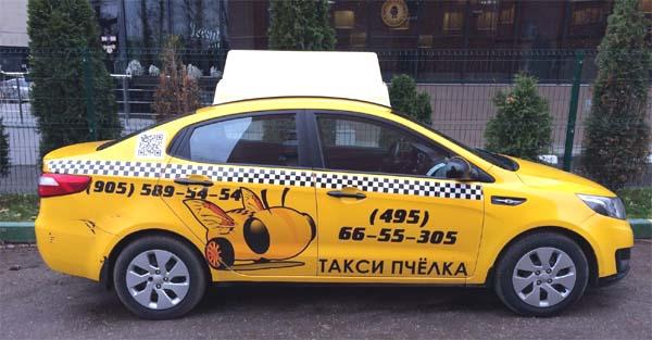 Машина компании такси Пчелка